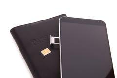 Het vervangen van de SIM-kaart in de telefoon Royalty-vrije Stock Afbeeldingen