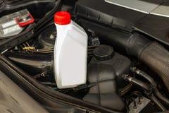 Het vervangstuk voor motor van een auto één literfles of kan van smeermiddel in grijs met rood GLB op een achtergrond met onder royalty-vrije stock afbeeldingen