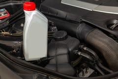 Het vervangstuk voor motor van een auto één literfles of kan van smeermiddel in grijs met rood GLB op een achtergrond met onder royalty-vrije stock foto's