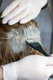 Het verven van grijs haar. Stock Afbeelding