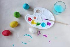 Het verven van Paaseieren Verven, palet, borstel en eieren op lijst, mening van hierboven royalty-vrije stock afbeelding