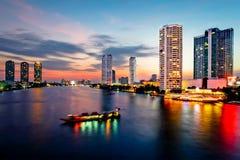 Het Vervoer van Bangkok bij Schemer met de Bouw langs de rivier Stock Foto