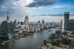 Het Vervoer van Bangkok bij Schemer met Moderne Bedrijfs de Bouwalo Royalty-vrije Stock Afbeelding