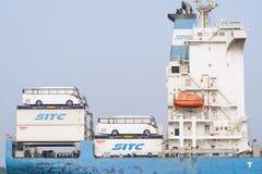 Het vervoer van bussen aan boord van een schip stock fotografie