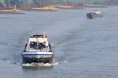 Het vervoer van de lading bij de rivier Stock Foto