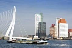 Het vervoer van de rivier in Rotterdam stock afbeeldingen