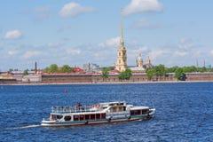 Het vervoer van het water in Heilige Petersburg Stock Afbeeldingen