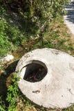 Het vervuilde water, rioleringsafval wordt afgevoerd door pijp in overzees op een niet uitgerust strand Verontreiniging van milie royalty-vrije stock afbeeldingen