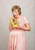 Het verwachten van Dame Eating Candy royalty-vrije stock afbeeldingen