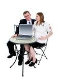 Het verwachten van de Zitting van het Paar bij Lijst met Computer Stock Foto's