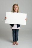 Het verwarde teken van de meisjeholding Stock Afbeelding