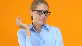 Het verwarde vrouwelijke manager hoofd krassen en het ophalen van schouders, oplossingsonderzoek stock videobeelden