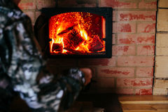 Het verwarmen concept Brand van de oven Brandhout in de oven Stock Afbeeldingen