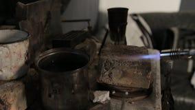 Het verwarmen van de metaalbaar met een brander stock video