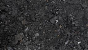Het verwarmen van een buitenhuis met steenkool, een mens laadt steenkool in een emmer stock video