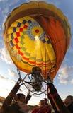 Het verwarmen van hete luchtballon vóór lift Stock Foto