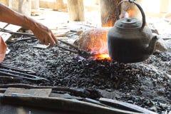Het verwarmen van ijzer in een houtskoolbrand Royalty-vrije Stock Afbeeldingen