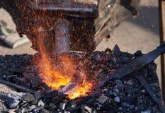 Het verwarmen van metaalstaven op hete steenkolen Stock Foto