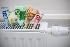 Het verwarmen van thermostaat met geld royalty-vrije stock afbeelding