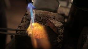 Het verwarmen van het werkstuk voor de juwelen met een brander stock footage