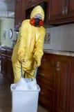 Het verwijderen van gevaarlijk huisvuil Stock Foto