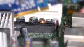 Het verwijderen van grafische kaart uit computermotherboard groef stock videobeelden