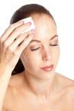 Het verwijderen van haar make-up Royalty-vrije Stock Foto