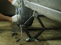Het verwijderen van het achterwiel van de auto in de garage Royalty-vrije Stock Afbeelding
