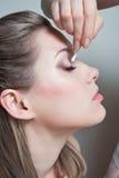 Het verwijderen van make-up uit gezicht Royalty-vrije Stock Afbeeldingen