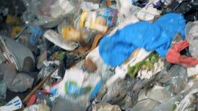Het verworpen huisvuil bij een recyclingsfabriek, sluit omhoog stock video