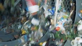 Het verworpen vuilnis in een recyclerend centrum, sluit omhoog stock footage