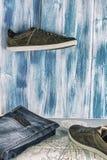 Het verzamelen aan reis Jeans, paspoort, tennisschoenen en een kaart op een houten achtergrond Jonge Vrouw op het Strand van Form stock afbeelding