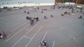 Het verzamelen van fietsers luchthommel stock videobeelden
