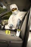 Het verzamelen van geursporen door criminoloog van autosleutels stock fotografie