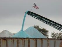 Het verzamelen van het zout van de de winterweg Stock Foto