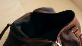 Het verzamelen van kleren in een zak stock video