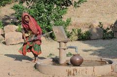 Het verzamelen van Water in India 3 stock foto
