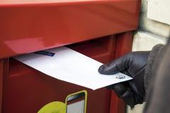 Het verzenden van een brief royalty-vrije stock afbeelding