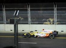 Het verzenden van Fernando Alonso bij F1 nachtras Stock Afbeelding