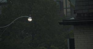 Het vestigen van schot van een zwaar onweer in een woonwijk stock footage