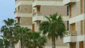 Het vestigen van schot van luxehotel bij exotische toevlucht De zomervakantie bij kust stock videobeelden