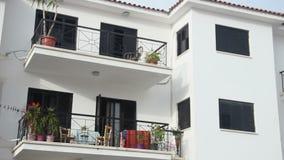 Het vestigen van schot, panoramamening van privé vakantiewoning met balkons, toevlucht stock footage