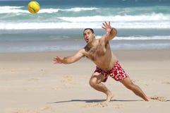 Het vette mens spelen met een bal stock foto