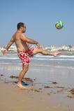 Het vette mens spelen met een bal op het strand royalty-vrije stock foto's