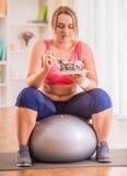 Het vette vrouw op dieet zijn Royalty-vrije Stock Afbeelding