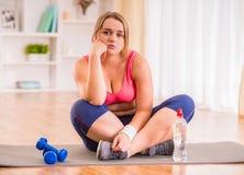 Het vette vrouw op dieet zijn Royalty-vrije Stock Foto