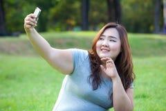 Het vette wijfje neemt reis selfie bij het park royalty-vrije stock fotografie