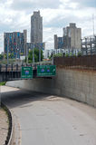 Het Viaduct en Cityscape van Minneapolis Royalty-vrije Stock Foto's