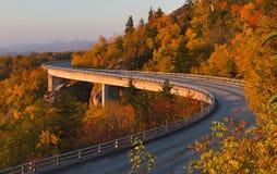 Het Viaduct van de Inham van Linn bij zonsopgang, het Blauwe Brede rijweg met mooi aangelegd landschap van de Rand Stock Foto's