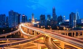 Het viaduct van de stadsuitwisseling in het vallen van de avond royalty-vrije stock foto's